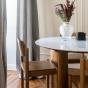 Table de salle à manger Carlotta Alta marbre blanc et pieds frêne finition iroko - 8 places